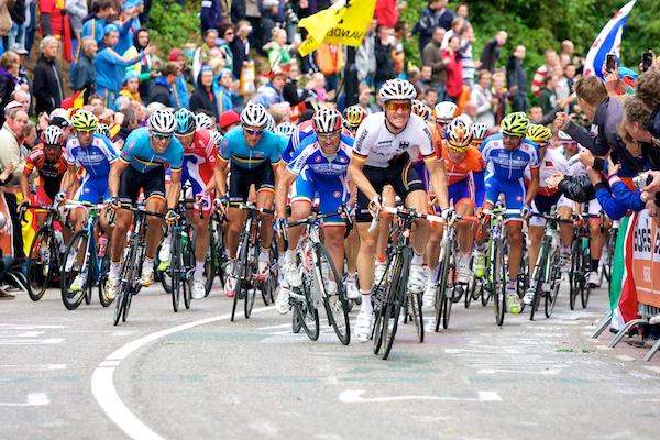 Het peloton, met onder andere Philippe Gilbert (links), doet er alles aan om het gat van nog zo'n twintig seconden te dichten. (foto: © 2012 Laurens Alblas/cyclingstory.nl)