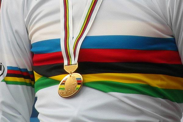 De regenboogtrui en de gouden medaille. (foto: © Tim van Hengel / cyclingstory.nl)