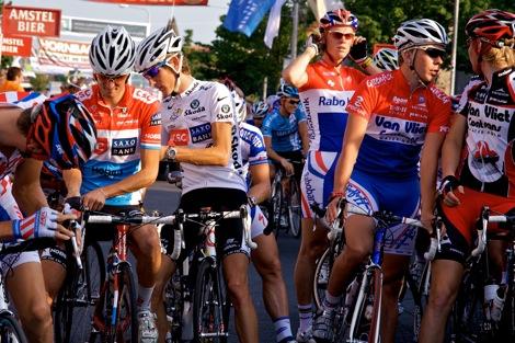 Terwijl Andy Fränks rugnummer opspeldt, bespreekt Nederlands kampioen bij de beloften Ronan van Zandvliet de tactiek met zijn teammaat. De andere Nederlands kampioen Lars Boom kijkt toe.
