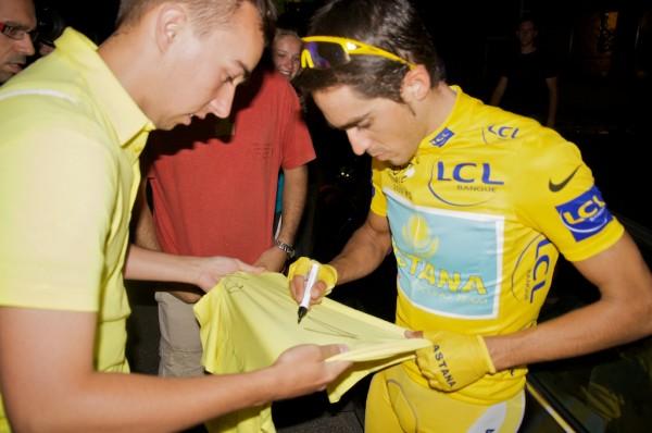 Tim scoort een handtekening van Contador voor het goede doel