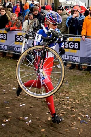 Nadia Triquet-Claude moest al vlak na de start met de fiets in de nek naar de pitstraat. (Foto © Laurens Alblas)