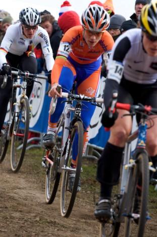 Marianne Vos zou uiteindelijk de wedstrijd uitrijden in het kielzog van Hanka Kupfernagel, die hier nog achteraan in de kopgroep rijdt. (Foto © Laurens Alblas)