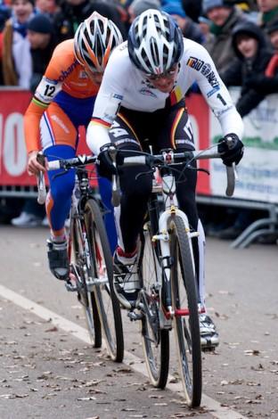Hanka Kupfernagel zette in de laatste ronde de sprint al vroeg in en probeerde weg te rijden van Marianne Vos. (Foto © Laurens Alblas)