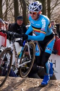 Oud wereldkampioen veldrijden Bart Wellens bij het enige werkelijke obstakel in het parcours: de trap. (Foto © Laurens Alblas)