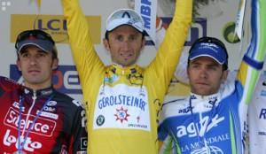 Winnaar Davide Rebellin, geflankeerd door Popovich (links) en Nocentini (rechts)