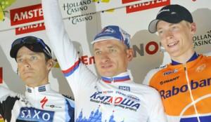Winnaar Ivanov, geflankeerd door Kroon en Gesink © Belga