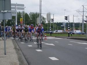 Het peloton met Lars Boom in het rood-wit-blauw op de Stadionweg © TvH