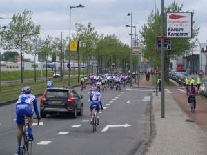 Het peloton, met achteraan Jurgen Francois en Kenny van der Schueren, op de rug gezien © TvH