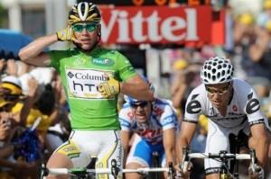 Cavendish meldt de achtervolgende groep zijn finish (foto: © Cyclingnews.com)