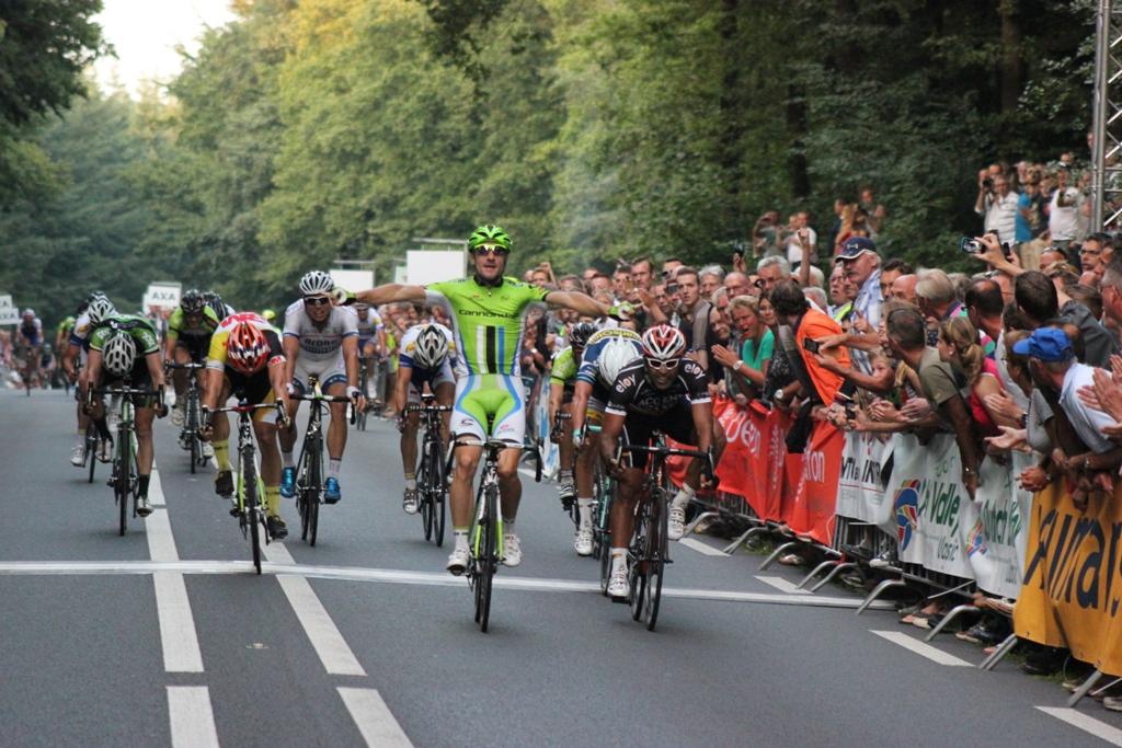 Elia Viviani kwam winnend over de streep. (foto: © Tim van Hengel / cyclingstory.nl)