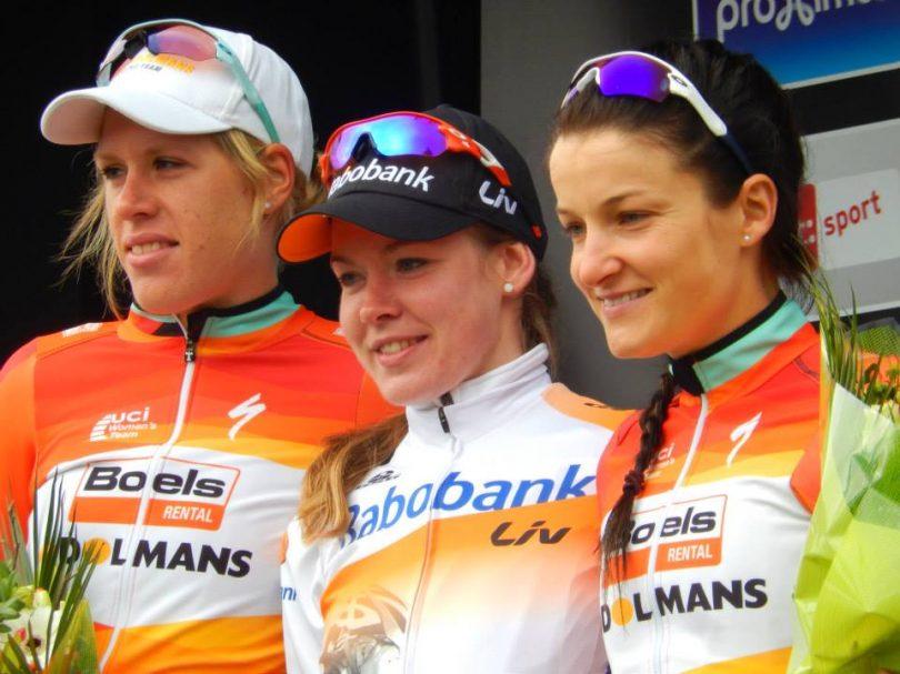 Het podium bij de dames waar Anna van der Breggen (midden) sneller was dan Ellen van Dijk (© Jean Savelberg / cyclingstory.nl)