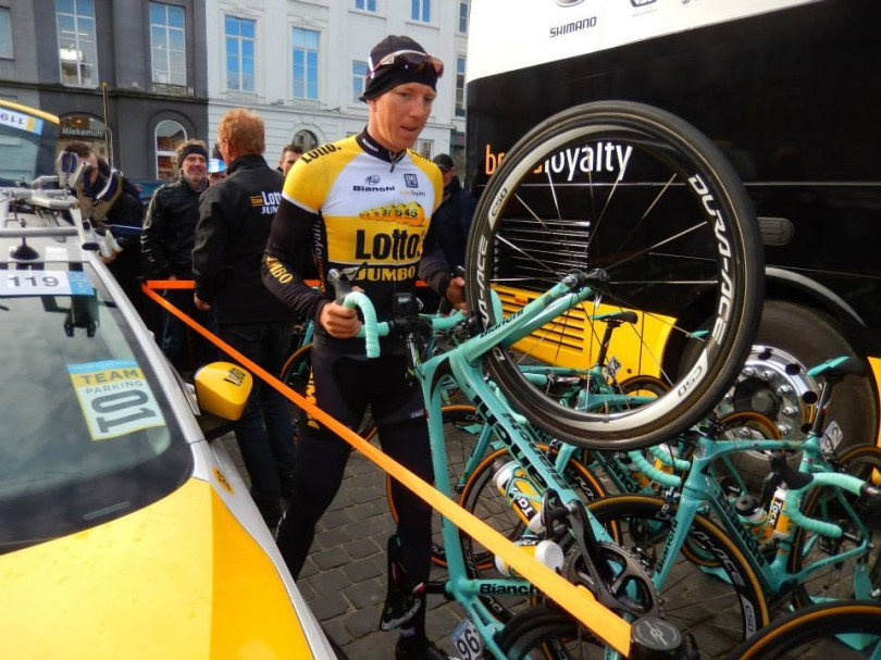 Sep Vanmarcke voor de start van Omloop Het Nieuwsblad 2015 (© Jean Savelberg / cyclingstory.nl)