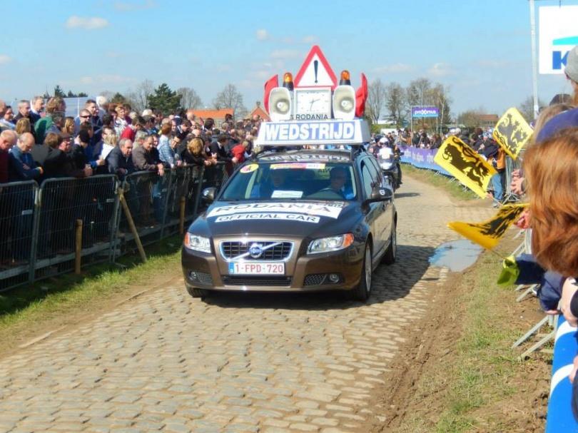 Een auto van de wedstrijdorganisatie. © Wielervrung Klumme Ranzel.