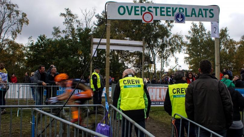 Vrijwilligers helpen toeschouwers het parcours over te steken. © Vincent Kwanten