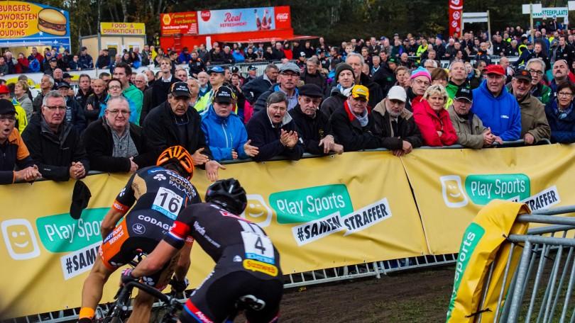 Het Belgische publiek moedigt de verrassend sterke Rob Peeters aan. © Vincent Kwanten
