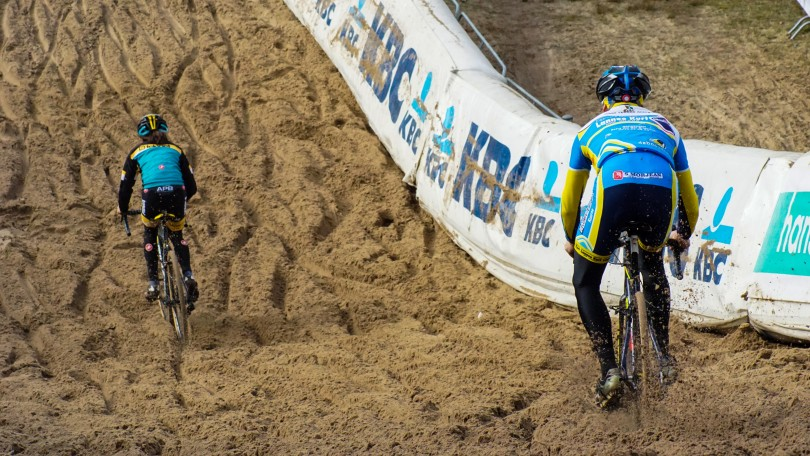 Het juiste spoor vinden tijdens een afdaling in een grote zandbak is niet eenvoudig. © Vincent Kwanten