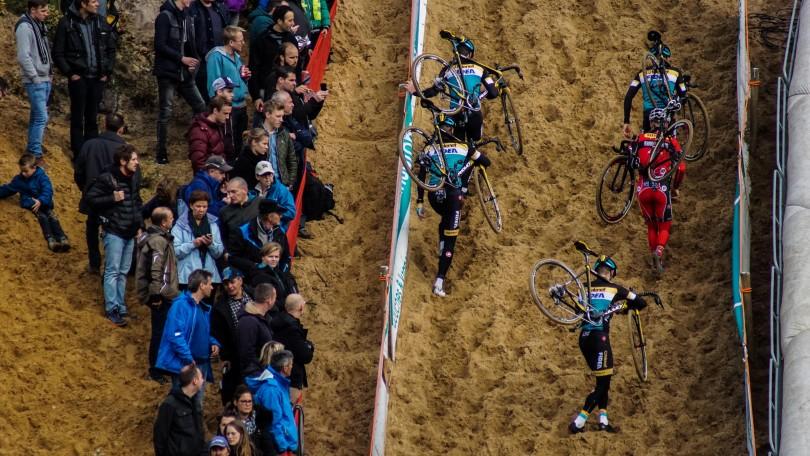 Vier Telenet Fidea-renners omringen een concurrent van Sunweb. © Vincent Kwanten