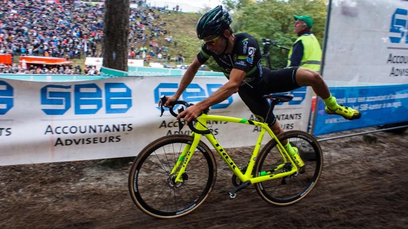 Sven Vanthourenhout springt op zijn fiets na wat klimwerk. © Vincent Kwanten