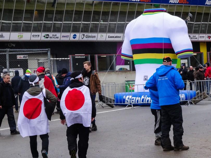 Het WK veldrijden niet meer dan een Belgisch-Nederlands onderonsje? Deze Japanners zouden dat graag anders zien. ⒸVincent Kwanten