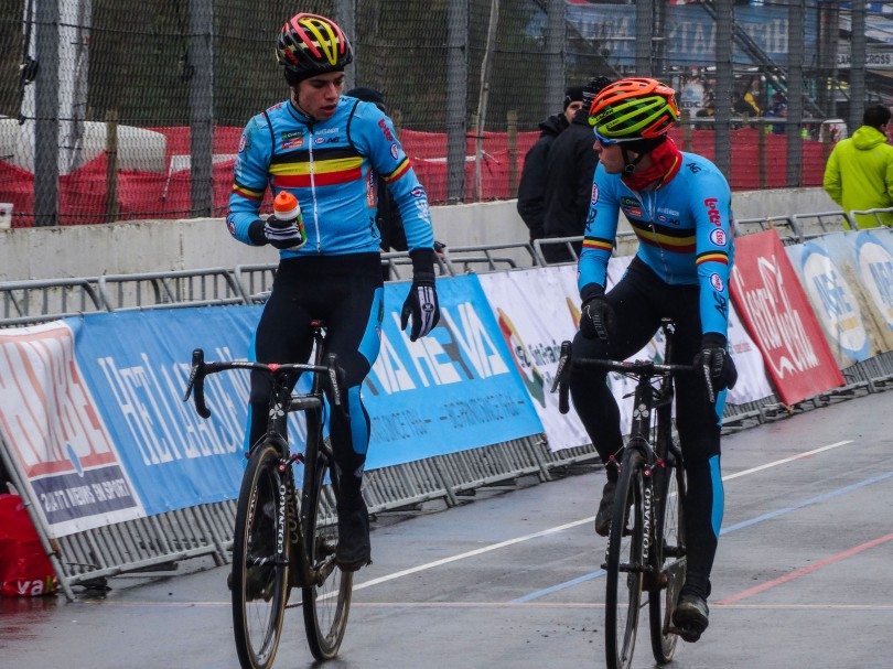 Wout Van Aert overlegt met ploegmaat Tim Merlier. Enkel de eerste halve minuut in de koers kan Merlier een rol van betekenis spelen. ⒸVincent Kwanten