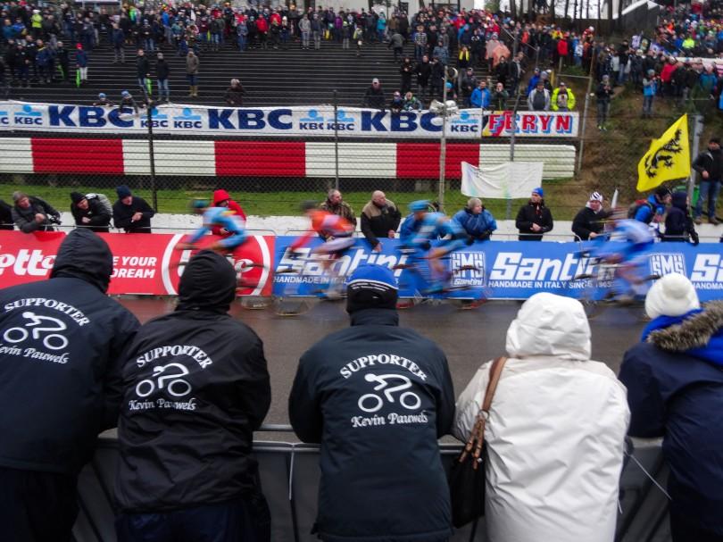 De supporters van Kevin Pauwels zien hoe hun renner zonder een trap te veel te geven in de achtervolging zit. In het wiel nadert Pauwels meter per meter op de kopgroep. ⒸVincent Kwanten