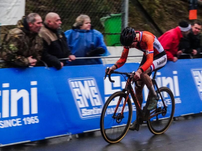 Een tweede opeenvolgende wereldtitel is gaan vliegen. Van der Poel laat het hoofd hangen. Het besef dat de topfavoriet ook vaak niet wint, valt zwaar. ⒸVincent Kwanten