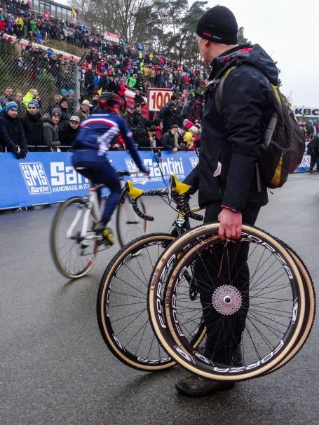 De mechanicien van Tom Meeusen monstert de tegenstand nog even voor de start. ⒸVincent Kwanten
