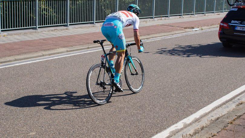Lets kampioen Saramotins sprint naar het zog van de BMC-volgwagen © Vincent Kwanten