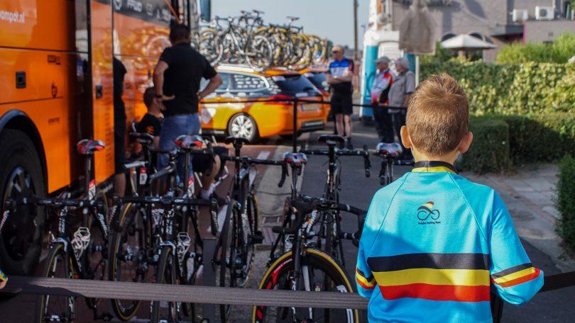 Deze jonge Belgische wielerfan bekijkt de fietsen van de Roompot-renners © Vincent Kwanten
