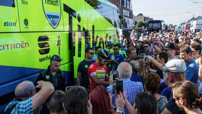 Peter Sagan lokt veruit de meeste aandacht. Iedereen wil wel een foto of handtekening van de wereldkampioen © Vincent Kwanten