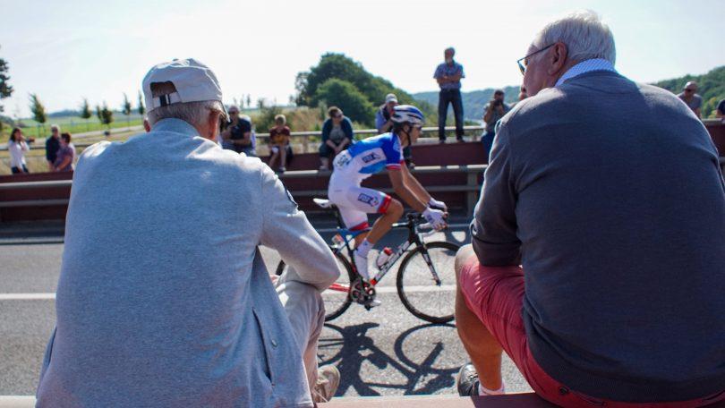 Op de brug van Vroenhoven zien de fans de renners meermaals passeren © Vincent Kwanten